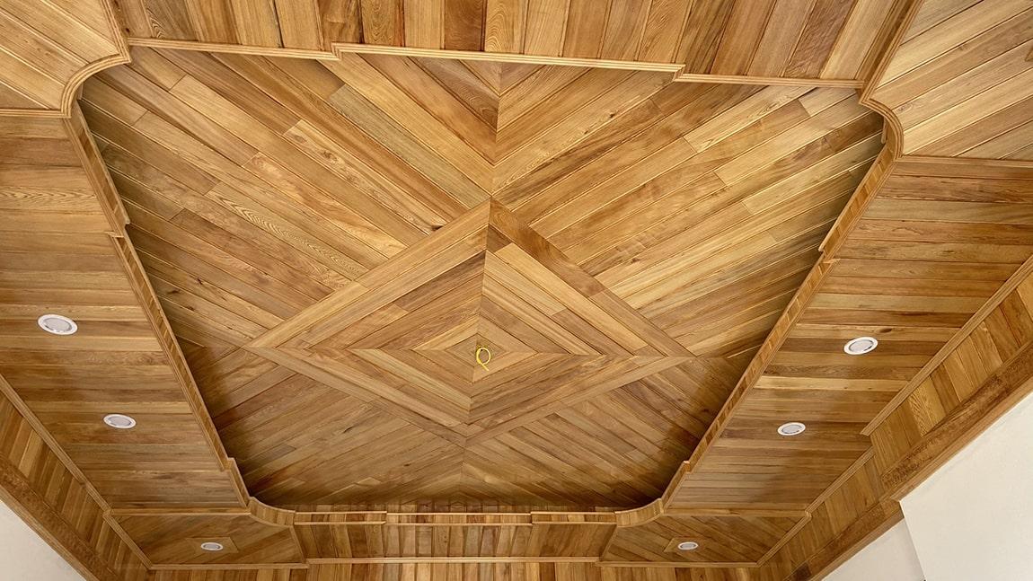 Vẻ đẹp sang trọng của trần gỗ pơ mu