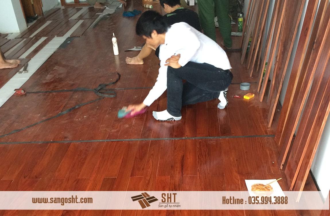 Thi công sàn gỗ hương tự nhiên
